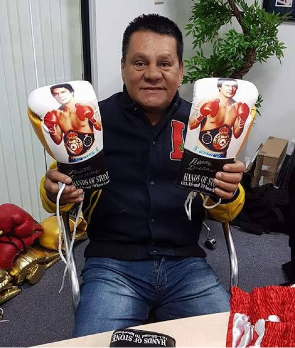 roberto-duran-signed-glove-30288.png